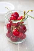 Cerezas maduras en un frasco de conservación — Foto de Stock