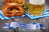 Glass of beer, pretzels and Oktoberfest Banners — Stock Photo