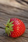 Jeden dojrzałe czerwone truskawki — Zdjęcie stockowe