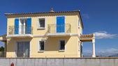 Piękny dom mieszkalny w stylu śródziemnomorskim — Zdjęcie stockowe
