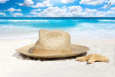Straw Hat and Starfish on the Beach — Stock Photo
