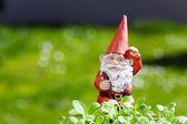 снаружи стоит маленький забавный сад gnome — Стоковое фото