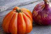 Beefsteak Tomato and red Onion — Zdjęcie stockowe