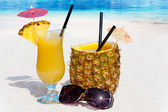 Enjoy pineapple cocktails on the beach — Foto Stock