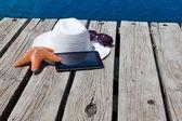 Tablet pc en el muelle de madera piscina — Foto de Stock