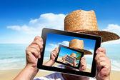 Menschliche hände halten einen digitalen tablet — Stockfoto