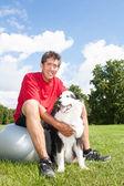 Hombre feliz y su perro — Foto de Stock