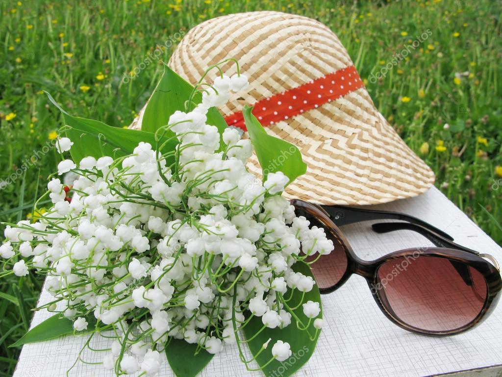Bouquet de muguet fleurs lunettes de soleil et de chapeau - Bouquet de muguet photo ...