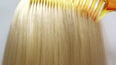 Brushing highlight blond hair texture background — Stock Video