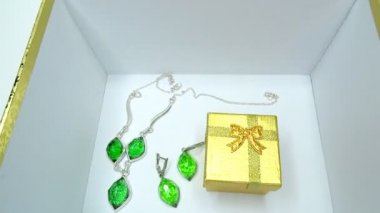 Jewelery emerald ring and earrings in gold box as present — Stock Video