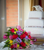 Flowers and Cake — Stock Photo