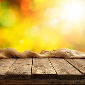 明るい背景を持つテーブル — ストック写真