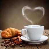 Kaffe och croissant — Stockfoto