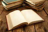 Open book on rustic table — Stockfoto