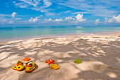 Children's footwear and toys on the sand, Gulf of Thailand — Stock Photo