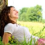 美丽的年轻女子户外放松。性质 — 图库照片 #12800827