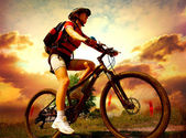 Bicicleta de montar a caballo feliz joven afuera. estilo de vida saludable — Foto de Stock