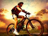 šťastná mladá žena jedoucí na kole venku. zdravý životní styl — Stock fotografie