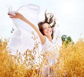 Bella ragazza felice sul campo di grano — Foto Stock