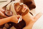 шоколадная маска лица spa. салон красоты спа — Стоковое фото