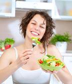 Dieta. piękna młoda kobieta jedzenie warzywo sałatka — Zdjęcie stockowe