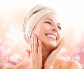 Linda garota depois do banho, tocando seu rosto. skincare — Foto Stock