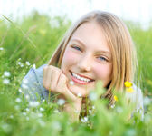 Smiling Girl Relaxing outdoors. Meadow — Stok fotoğraf