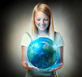 Mädchen, die mit dem planetenerde. zukunftskonzept — Stockfoto