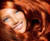 Saç. sağlıklı uzun kırmızı kıvırcık saçlı güzel kız — Stok fotoğraf
