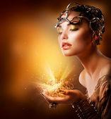 Retrato de menina de moda. maquiagem dourada — Foto Stock