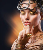 Golden Makeup. Fashion Girl Portrait — Stockfoto