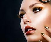 χρυσή πολυτέλεια μακιγιάζ. μόδα κορίτσι πορτρέτο — Φωτογραφία Αρχείου