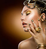 Gyllene makeup. mode flicka stående — Stockfoto