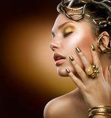 Zlatý make-up. móda dívka portrét — Stock fotografie