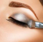 Maquillaje. sombras de ojos. pincel de sombra de ojos — Foto de Stock