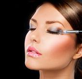 Makyaj uygulamak. göz farı fırçası — Stok fotoğraf