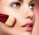 Cosmético. base para a maquiagem perfeita. aplicação de maquiagem — Foto Stock