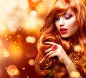 Retrato de menina moda dourada. cabelo ondulado vermelho — Foto Stock