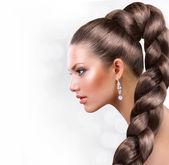 Långt och friskt hår. vacker kvinna stående med långa bruna hår — Stockfoto