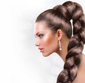 Pelo largo sano. retrato de la bella mujer con largos cabellos castaños — Foto de Stock