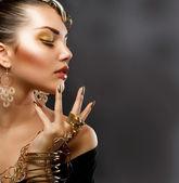 Maquillaje de oro. retrato de niña de moda — Foto de Stock