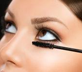 Rimel uygulamak. makyaj portre. gözler makyaj — Stok fotoğraf