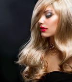 金色的头发。美丽的金发碧眼女人黑色 — 图库照片