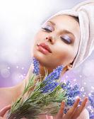 Muchacha de spa con flores de lavanda. cosméticos orgánicos — Foto de Stock