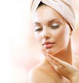 Ragazza spa. bellissima giovane donna dopo bagno toccando il suo viso — Foto Stock