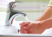 Lavarse las manos. limpieza de las manos. higiene — Foto de Stock