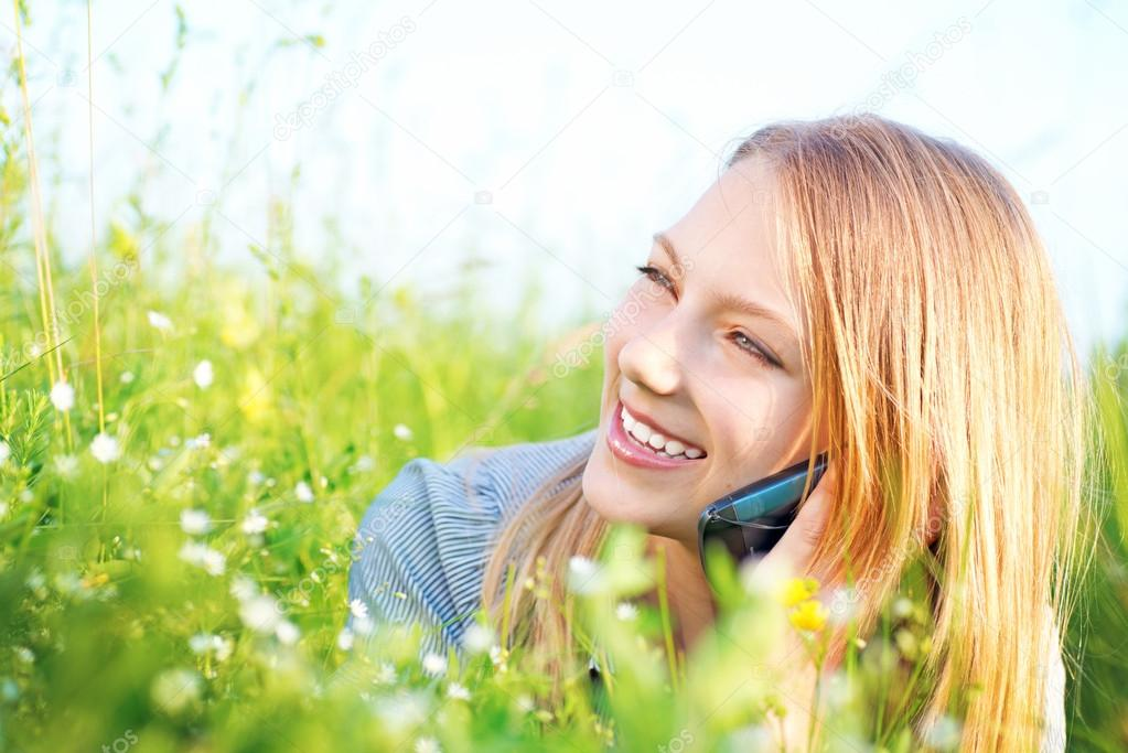 Beautiful Teenage Girl talking on the Phone outdoors — Stok fotoğraf #12801382