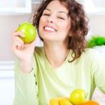 dieta. mujer joven feliz comiendo fruta fresca — Foto de Stock