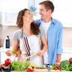 lyckliga paret matlagning tillsammans. bantning. hälsosam mat — Stockfoto