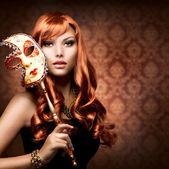 όμορφη γυναίκα με την αποκριάτικη μάσκα — Φωτογραφία Αρχείου